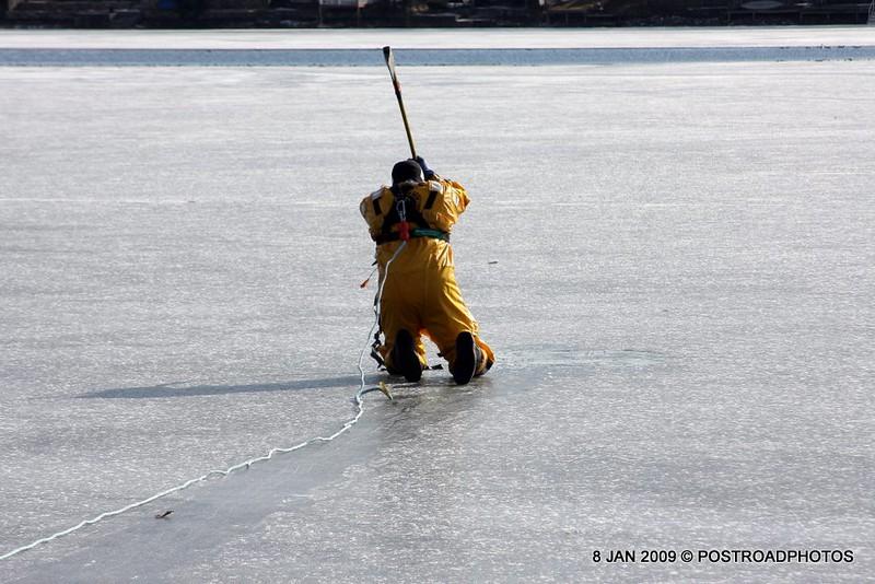 20090108_bridgeport_conn_fd_ice_rescue_training_lake_forest_DP-111