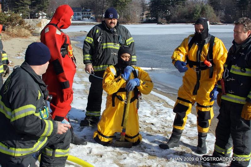 20090108_bridgeport_conn_fd_ice_rescue_training_lake_forest_DP-107