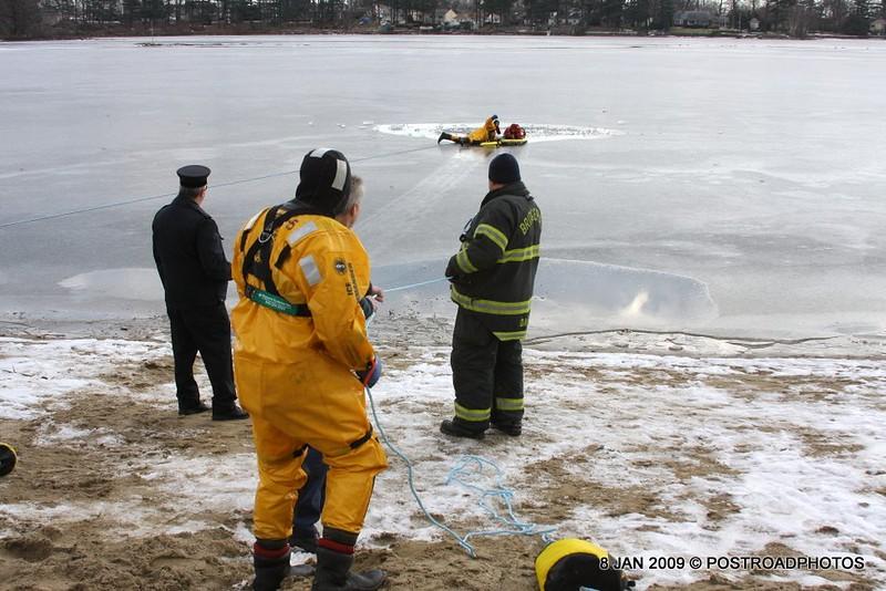 20090108_bridgeport_conn_fd_ice_rescue_training_lake_forest_DP-128