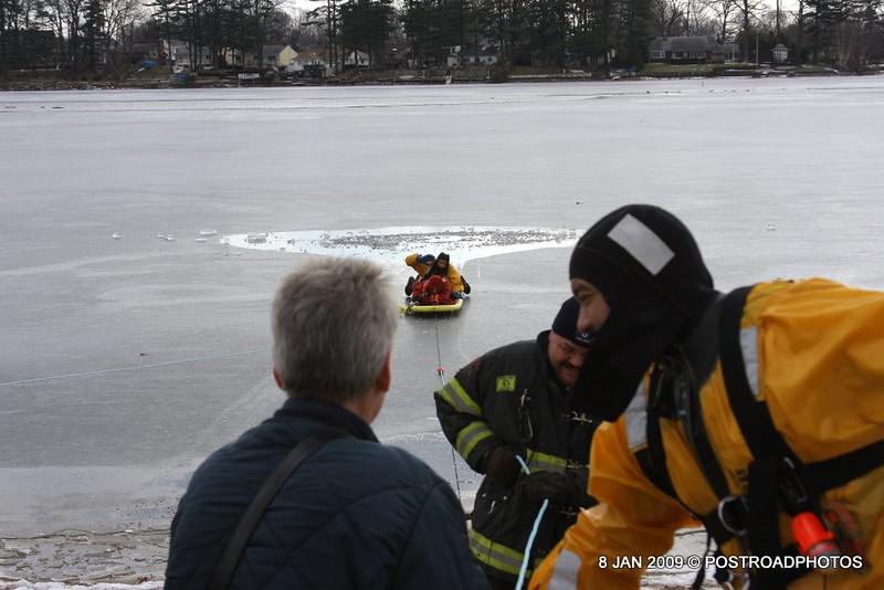 20090108_bridgeport_conn_fd_ice_rescue_training_lake_forest_DP-130