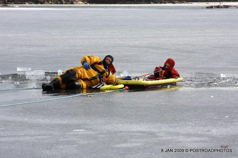 20090108_bridgeport_conn_fd_ice_rescue_training_lake_forest_DP-126