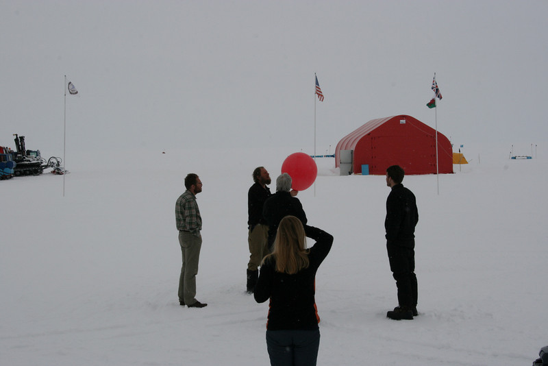 A weather balloon is launched.<br /> <br /> En vejrballon opsendes.<br /> Photo: Sebastian B. Simonsen