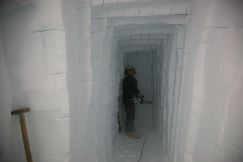 Cutting the cooling tunnel.<br /> <br /> En køletunnel skæres ud i væggen.