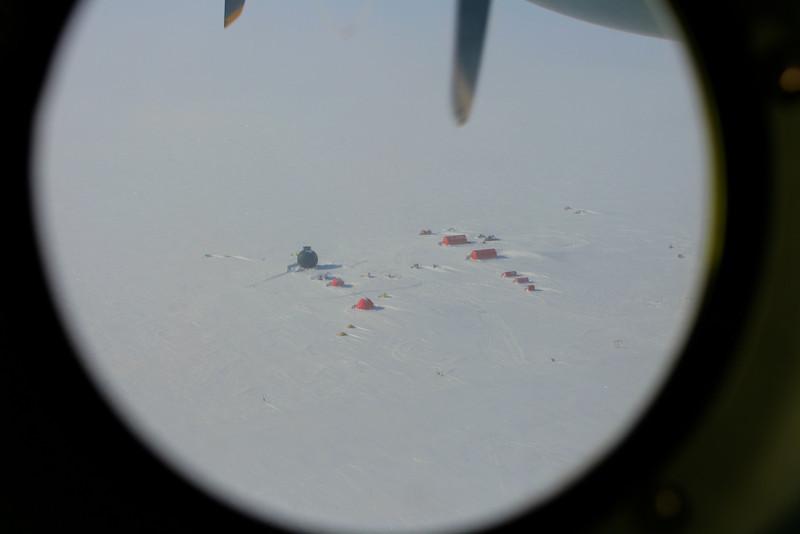 View of snow-covered camp from plane.<br /> <br /> Kig fra flyet over den snedækkede lejr.
