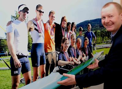 Stolt formann viser veggplakat på noen av våre roere under NM 2009