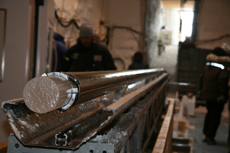 An ice core sticking out - just surfaced.<br /> <br /> En nyboret iskerne titter ud.