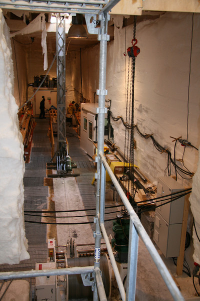 View of the drill trench from the stairs.<br /> <br /> Udsigt fra trappen over borehallen.