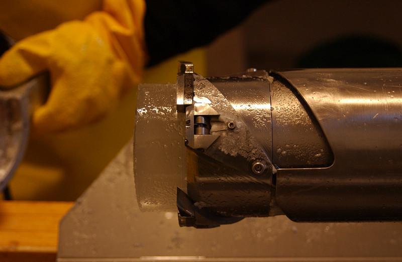 Drill head with cutters and core catchers.<br /> <br /> Borehovedet med skær og kernefangere.