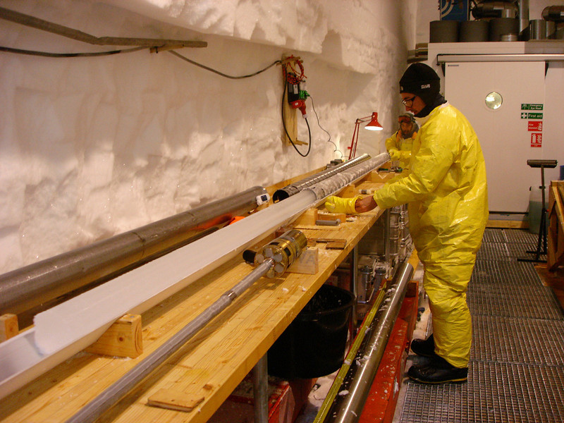 Pushing an ice core out of the drill.<br /> <br /> En iskerne presses ud af boret.