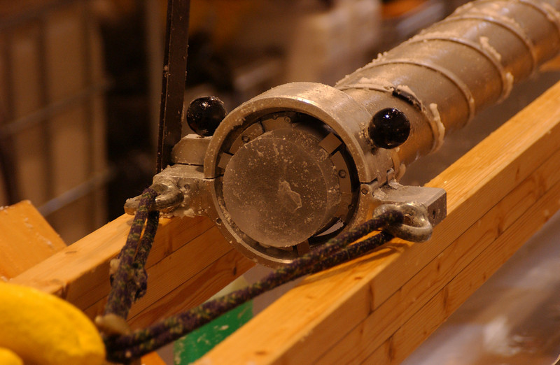 Pulling the inner core barrel out.<br /> <br /> Det indre borerør trækkes ud.