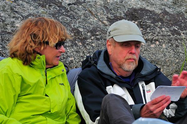Kjell & Pia kika på bilder från tidigare äventyr.