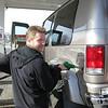 Atli að setja bensín á dýrið