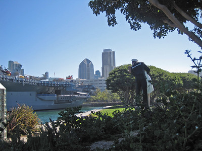 San Diego July 2009: Statue of Life Magazine Photo of Sailor Returning from War