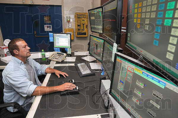 Tribune-Star/Joseph C. Garza<br /> Monitoring the situation: Duke Energy unit operator Gene Fenoglio monitors a boiler, turbine and generator at the Wabash River generating station Monday.