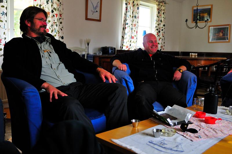 Jörgen & Fredrik utgör en sentida bild på hur förmodligen Slipsfabrikören & hans vänner sett ut när de satt här ute...