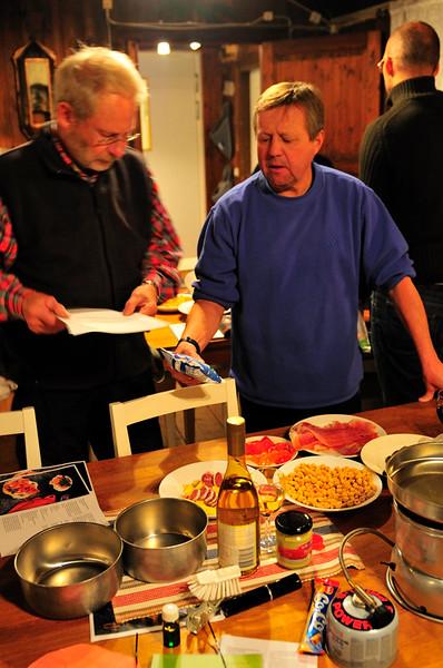 Peter & Lasse försöker komma på hur man öppnar en förpackning Mozarella..