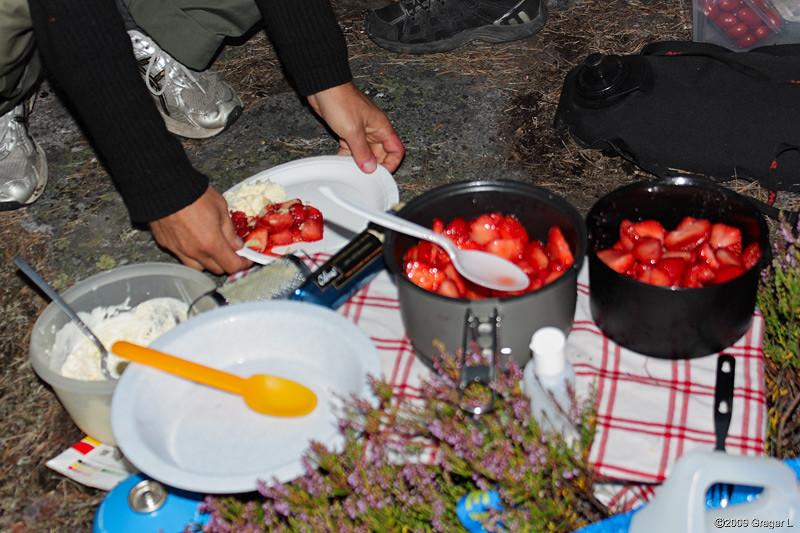 Limemarinerade jordgubbar med grädde och mandelmassa