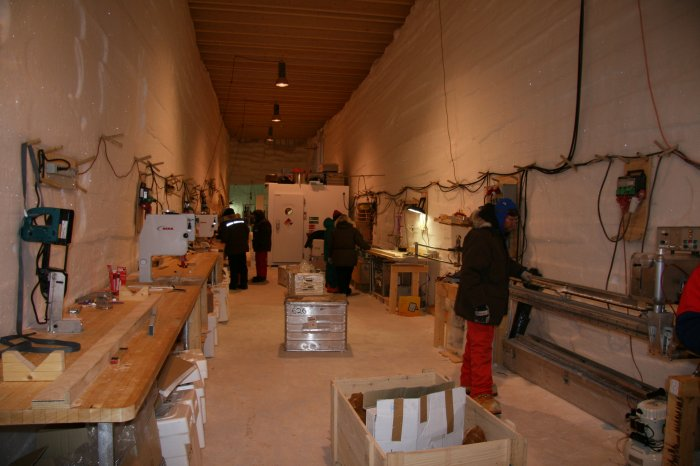 People at work in the science trench. <br /> <br /> Folk arbejder i analysehallen.