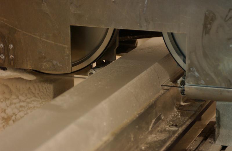 The swiss saw cuts a slice of the core.<br /> <br /> Schweizersaven skærer en skive af kernen.