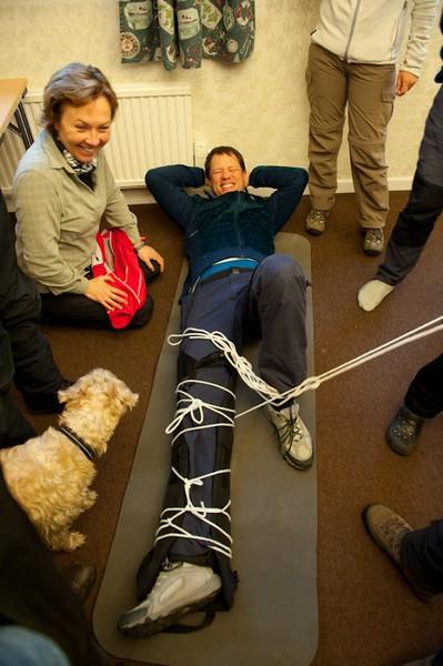 Långt borta kan det bli aktuellt att spjäla ett brutet ben med liggunderlag.