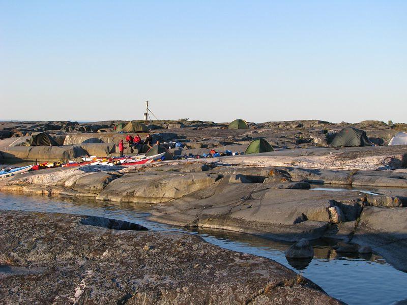 Vy över tälten på Håkanskär