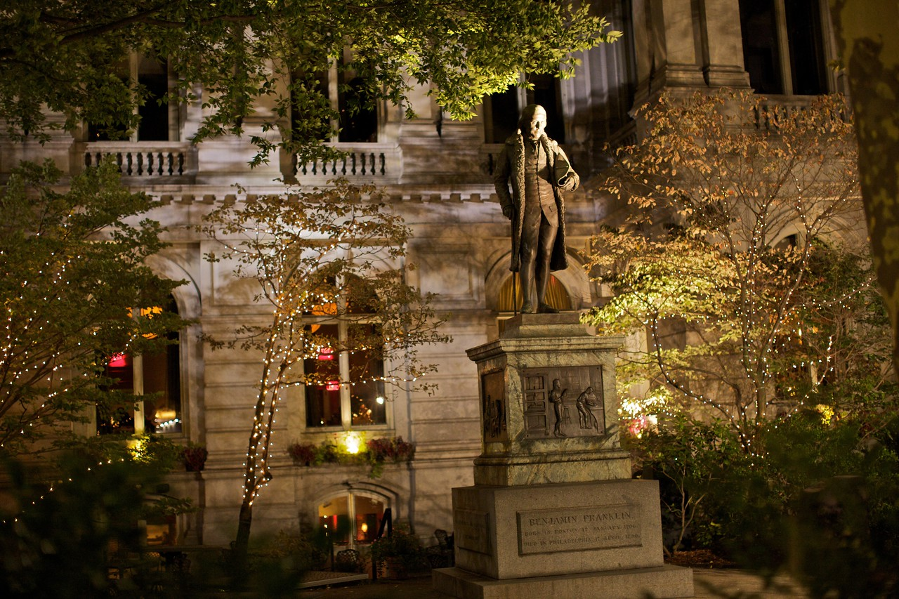 A statue of Benjamin Franklin. The building behind, in whose garden this statue is situated (with that of Josiah Quincy) is now a Ruths Chris Steak House.