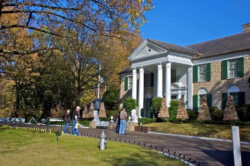 Some of the next round of tourists going in to the Graceland mansion.