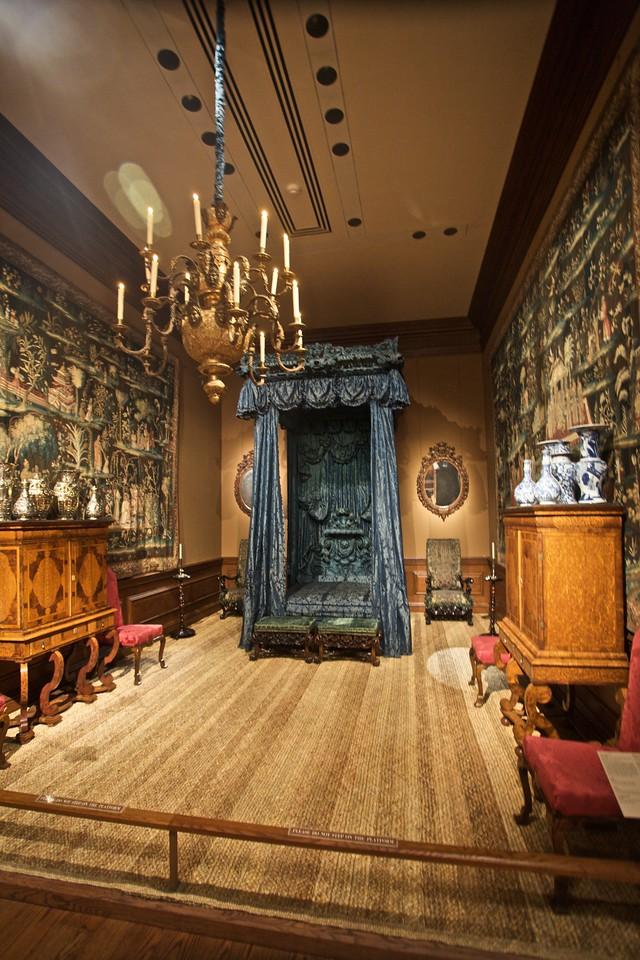 A bedroom in the Met. (Met.)