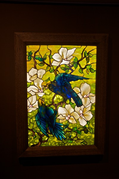 'Hibiscus and parrots' (1910–20), stained glass by Louis C. Tiffany (1848–1933) and Tiffany Studios. (Met.)