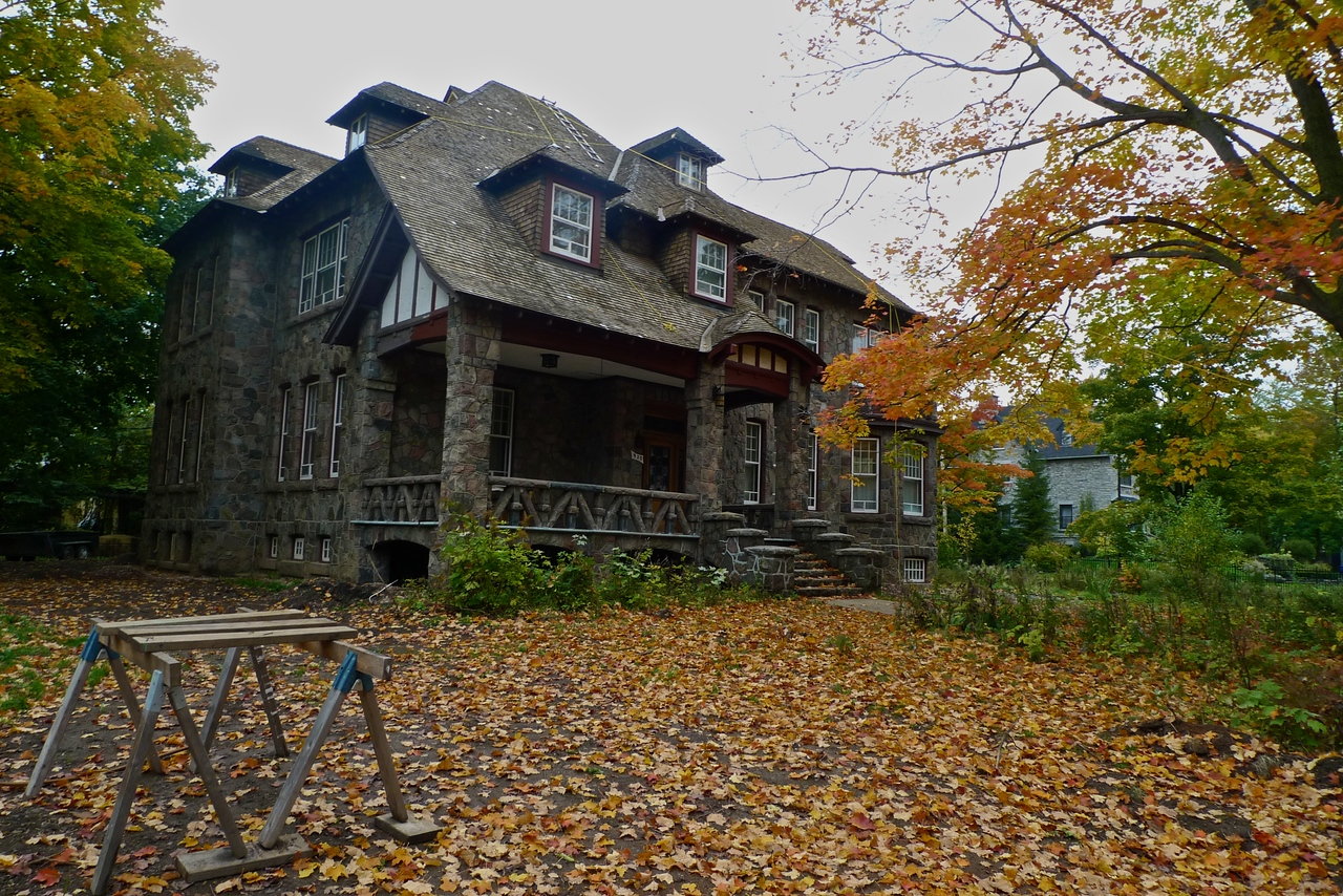 A house for sale by auction in the Montcalm neighbourhood of Quebec.