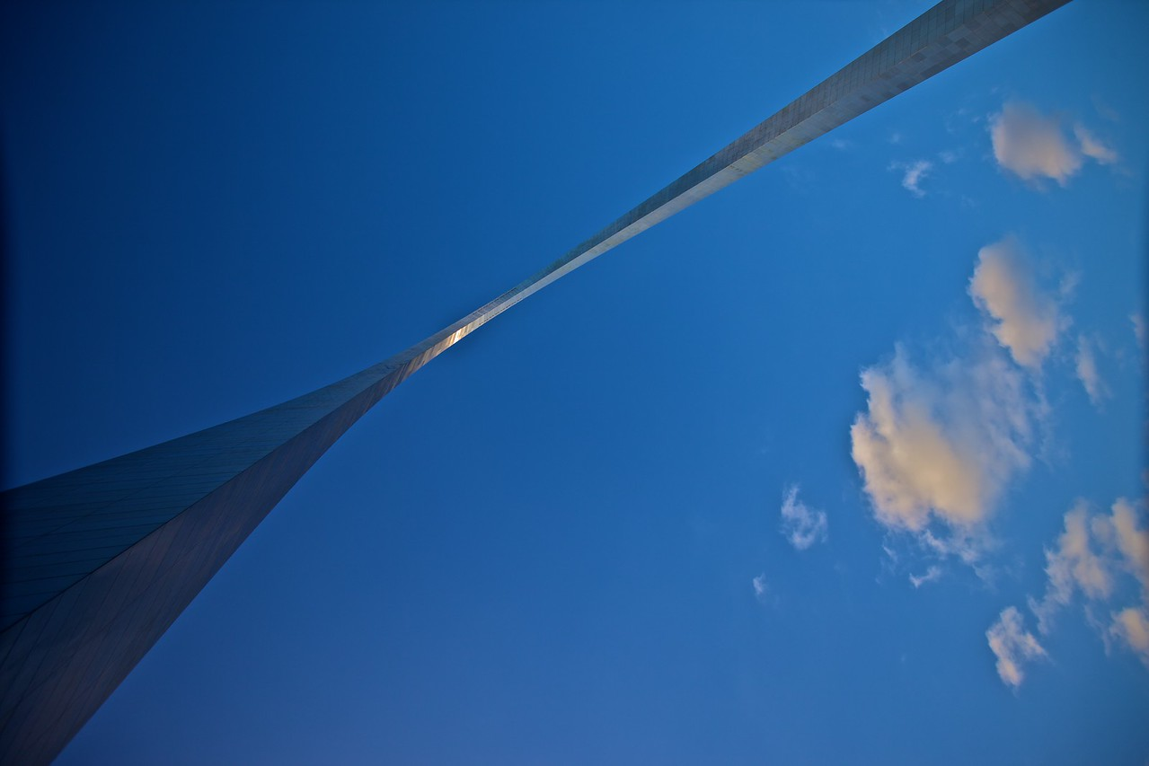 Looking up at the Gateway Arch from the ground.