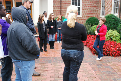 Stephanie French leads a Dawg Days group on a campus tour.