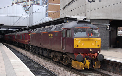 5Z77 was booked to stand at Leeds for a few minutes, so I having run for the next cart I managed to catch it up. Here's another view of 47760 waiting for its path towards Micklefield (27/02/2009)