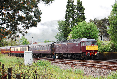 With the low cloud still lingering, 47804 arrives back into the station with 5Z93 1643 empty stock from Fort William Yard (25/05/2009)