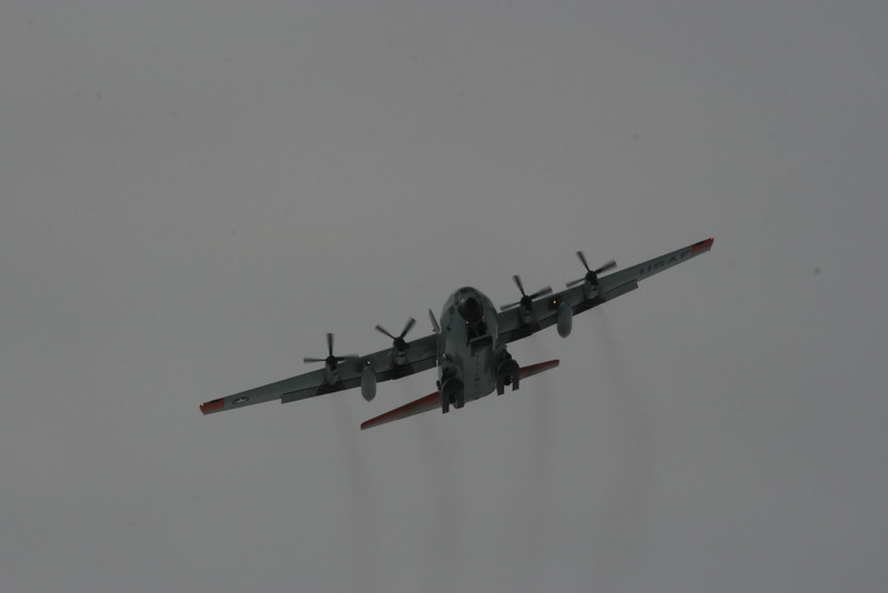 The Hercules makes a low pass.<br /> <br /> Herculesen foretager en lav overflyvning.<br /> Photo: Sebastian B. Simonsen