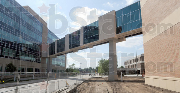 Tribune-Star/Bob Poynter<br /> Progress: The pedestrian walk way between the Professional building and the new Union Hospital is nearly complete.