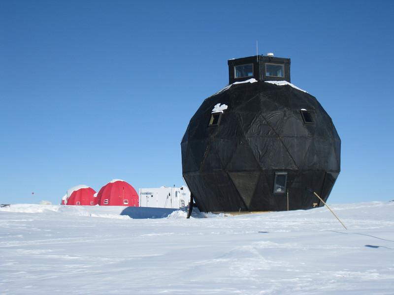 Main dome, generator hut and tents.<br /> <br /> Hovedbygningen, generatorhytten og telte.
