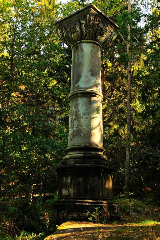 Där blev det också en kulturkvart vid denna marmorpelare som står utställd mitt i skogen här ute.
