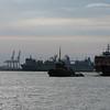 Eine Staten Island Ferry von New York wird gerade zur Reperatur eingeschleppt.