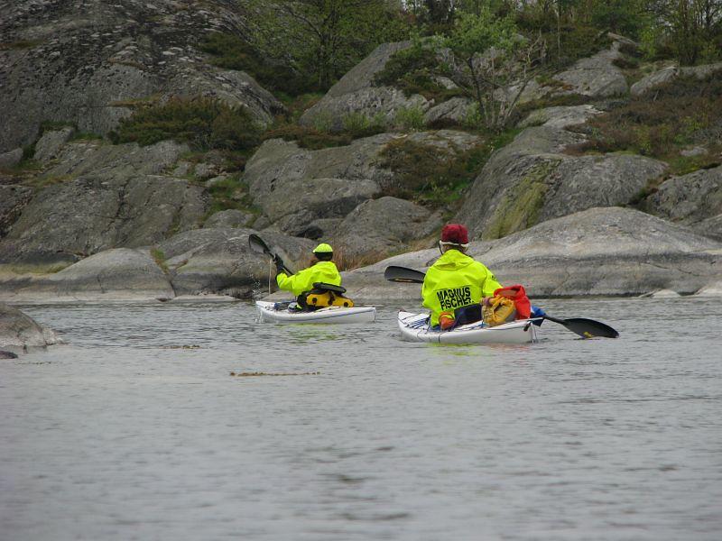 Pia och Kerstin gör reklam på vattnet