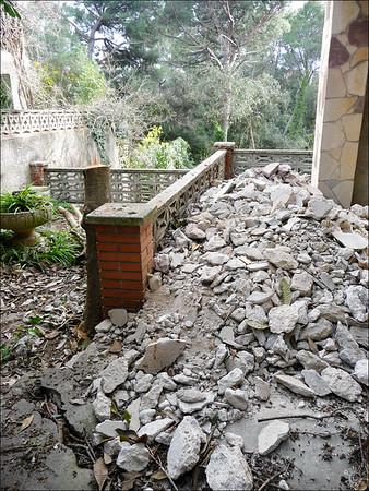 Terrasse de tout en bas avec accès depuis la cuisine, on retire le muret et on va niveler le tout avec les débris du chantier