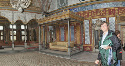 2010-10-28 208  Jay in the Harem of the Tokapi Palace
