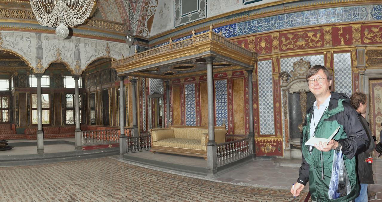 2010-10-28 208  Jay in the Harem of the Tokapi Palace