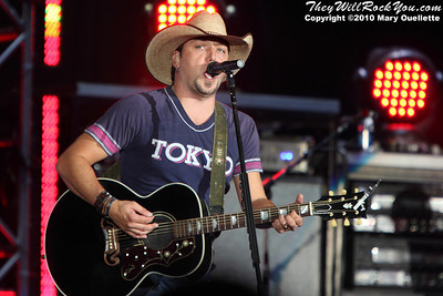 Jason Aldean performs on August 21,2010 at the 7th Annual New England Country Music Festival at Gillette Stadium in Foxboro, Massachusetts.