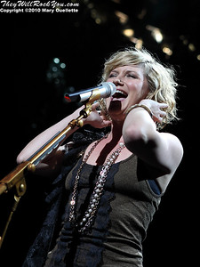 "Sugarland perform on ""The Incredible Machine"" tour on May 21, 2010 at the Comcast Center in Mansfield, MA.  © 2010 Mary Ouellette"