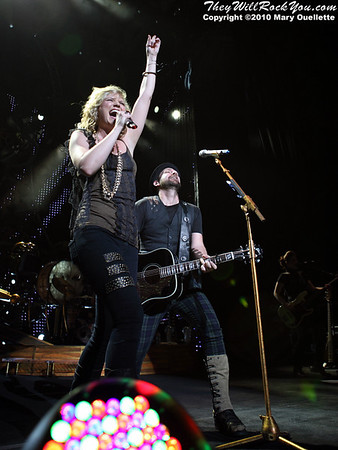 """Sugarland perform on """"The Incredible Machine"""" tour on May 21, 2010 at the Comcast Center in Mansfield, MA.  © 2010 Mary Ouellette"""