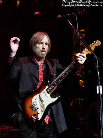 Tom Petty & The Heartbreakers perform at the Comcast Center in Mansfield, MA on August 19, 2010 - www.theywillrockyou.com