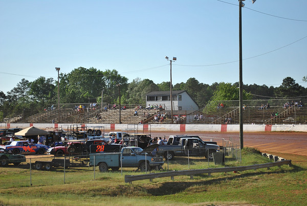 The crowd started getting thier seats at County line raceway a little after 5pm