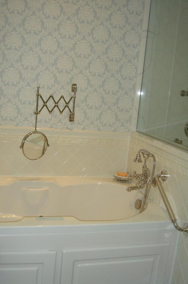 Tub, shaving mirror for dh