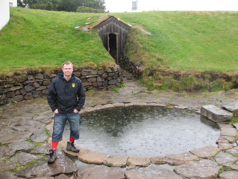 Viðar og Snorralaug í grenjandi rigningu